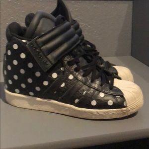 Adidas wedge tennis shoe